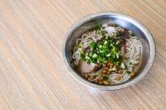 maträtt med udonnudelsoppa med griskött i eatery royaltyfria bilder