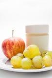 Maträtt med yoghurt, äpplet och druvor fotografering för bildbyråer