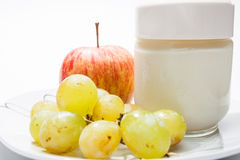 Maträtt med yoghurt, äpplet och druvor arkivfoton