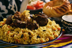 Maträtt, ris är förberedda med grönsaker, och kött för pilaff som traditionell asiatisk Österlänning uzbekstil Fotografering för Bildbyråer
