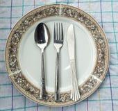 Maträtt, sked & gaffel på tabellen Fotografering för Bildbyråer