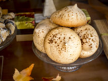 Maträtt som göras av exponeringsglas med bruna kakor i höst Royaltyfri Bild