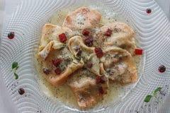 Maträtten av Casunziei fyllde pasta, ` Ampezzo, Dolomites för Cortina D, Arkivbilder