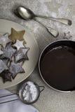Maträtten av smältt choklad med julkakor arkivbilder