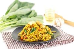 Maträtten av uppståndelse stekte gula nudlar med kött och grönsaken Fotografering för Bildbyråer