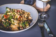 Maträtten strilas med jordnötter från över Royaltyfria Foton