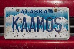 A matrícula da vaidade de Alaska diz 'KAAMOS' - com lotes das moscas chapinhadas por todo o lado nela Imagens de Stock Royalty Free