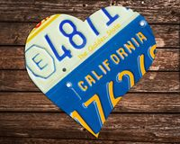 Matrículas do estado de Califórnia na forma de um coração no fundo de madeira fotos de stock