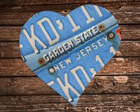 Matrículas do estado de New-jersey na forma de um coração no fundo de madeira imagem de stock
