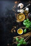 Matram, italiensk matbakgrund, sunt matbegrepp eller ingredienser för att laga mat pestosås på en tappningbakgrund Fotografering för Bildbyråer
