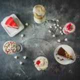 Matram med milkshakedrinkar och efterrätter Milkshakar och kaka Lekmanna- lägenhet arkivbild