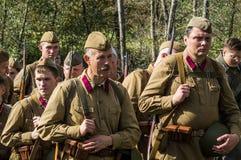 Matraquez la reconstruction de role-play d'une des batailles de la guerre mondiale 2 dans la région de Kaluga de la Russie Photo stock