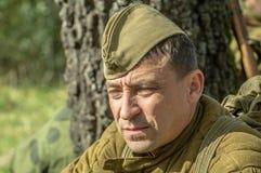 Matraquez la reconstruction de role-play d'une des batailles de la guerre mondiale 2 dans la région de Kaluga de la Russie Image stock