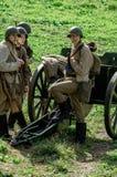 Matraquez la reconstruction de role-play d'une des batailles de la guerre mondiale 2 dans la région de Kaluga de la Russie Image libre de droits