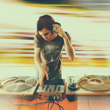 Matraquez le DJ jouant la musique de mélange sur la plaque tournante de vinyle Images libres de droits