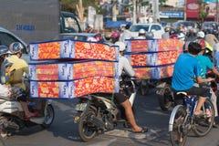 Matrasses vietnamitas de la impulsión de los hombres en la motocicleta Imagen de archivo