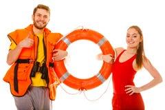 Maître nageurs dans le gilet de vie avec la balise d'anneau Réussite Image libre de droits