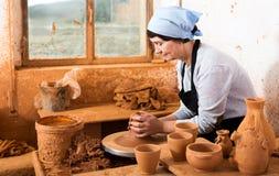 Maître plus âgé femelle parmi la poterie Images libres de droits