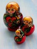 matreshka家庭  在蓝色木破旧的背景的Matrioska俄国玩偶 库存图片
