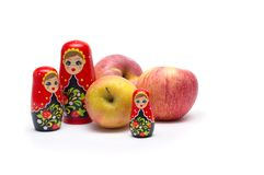 Matreshka Babushka avec des pommes sur un fond blanc images stock