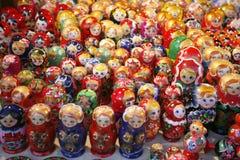 Matreshka russo variopinto delle bambole di incastramento al mercato Fotografia Stock