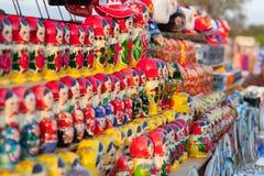 Matreshka russo variopinto delle bambole di incastramento al mercato Fotografia Stock Libera da Diritti