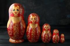 Matreshka tradicional ruso hermoso de las mu?ecas de la jerarquizaci?n en fondo r?stico foto de archivo