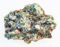 matrice de béryl et cristaux verts sur le blanc images stock