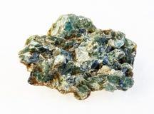 matrice de béryl vert cru et de cristaux verts photos stock