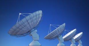 Matrice dei riflettori parabolici o delle antenne radiofoniche contro cielo blu 3D ha reso l'illustrazione Immagine Stock Libera da Diritti