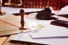 Matrice del notaio della cera del metallo sul vecchio documento fotografie stock libere da diritti