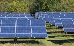 Matrice del pannello solare alla luce solare luminosa Fotografia Stock