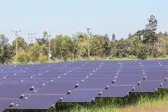 Matrice delle pile solari del film sottile o delle cellule solari al silicio amorfe o photovoltaics in centrale elettrica solare Fotografie Stock