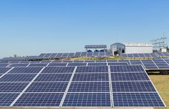 Matrice di file delle cellule solari al silicio policristalline in centrale elettrica solare Fotografie Stock Libere da Diritti