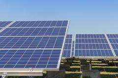 Matrice di file delle cellule solari al silicio policristalline in centrale elettrica solare Fotografie Stock