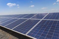 Matrice di file delle cellule solari al silicio policristalline in centrale elettrica solare Fotografia Stock Libera da Diritti