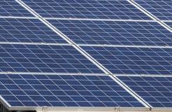 Matrice di file delle cellule solari al silicio policristalline in centrale elettrica solare Immagini Stock Libere da Diritti