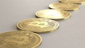 Matrice lineare di oro Bitcoins su Gray Surface leggero Fotografie Stock