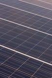 Matrice verticale dei pannelli solari Immagini Stock