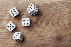 Matrices blanches sur la table en bois d'en haut Dispositifs de jeu Jeu de hasard le concept Photos libres de droits