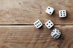 Matrices blanches sur la vue supérieure en bois de table Dispositifs de jeu Jeu de hasard le concept photographie stock