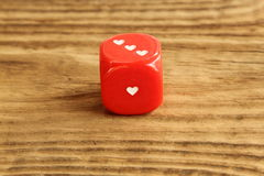 Matrices/cube rouges avec des coeurs sur le fond en bois Image stock