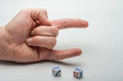 Matrices de jeu sur lesquelles une combinaison de deux sixes est tombée sur un fond blanc Photos stock