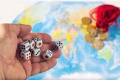 Matrices de lancement sur une carte du monde avec un sac des pièces de monnaie ORDRE MONDIAL carte et argent de d Image stock