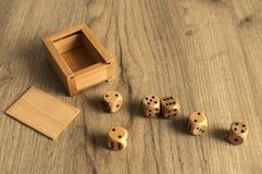 Matrices en bois réglées sur le fond de conseil en bois Image stock