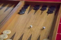 Matrices jetées sur le backgammon Image stock