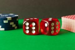 Matrices, jetons de poker et cartes de jouer sur la table verte Jeu Co images libres de droits