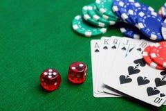 Matrices rouges de casino, cartes de jeu en tant que flux roial Photographie stock