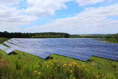 Matrici solari di un sistema fotovoltaico Immagini Stock