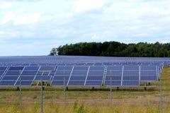 Matrici solari di un sistema fotovoltaico Fotografie Stock Libere da Diritti
